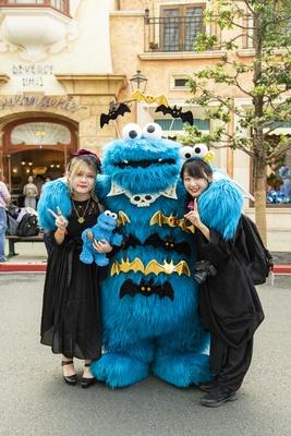大好きなクッキーモンスターと♪ まっきーさん(左)、みかりんさん(右)