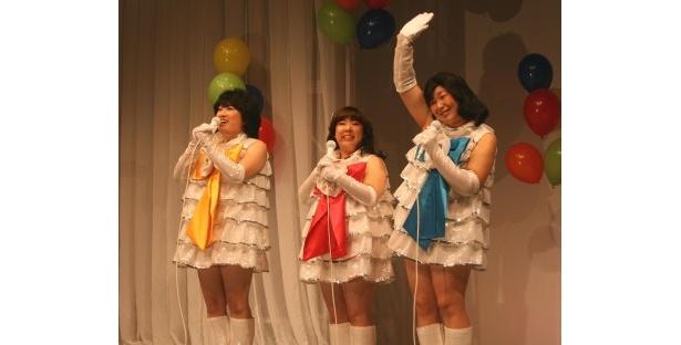 キャンディーズに扮し、ノリノリで「暑中お見舞い申し上げます」の替え歌「BIG発売申し上げます」を歌い上げる森三中