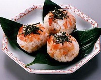 サーモンやマグロ、エビなどの具とすし飯を合わせ、ラップを使って手まりの形にした「手まり寿司」