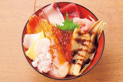 アナゴ1尾が入って食べ応え抜群の名物丼、海鮮魚くみ丼(1571円)。旬の魚介もたっぷり/魚BAR