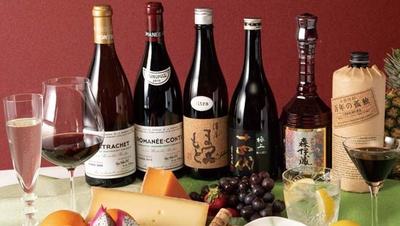 世界の酒を1杯(500円)から楽しめる。限定9席のプレミアムバーでは世界の希少酒も!/世界酒BAR セカサケ