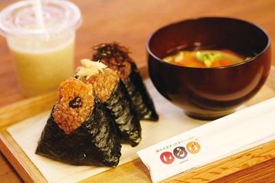 小豆塩むすび、半熟味玉など、おむすびは1個160円から/寝かせ玄米と日本のいいもの いろは