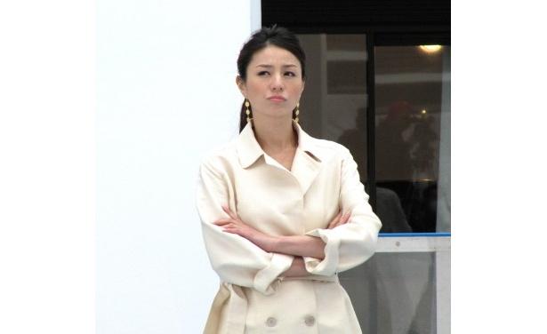 デートの待ち合わせ場所。時間に遅れる田中圭を不機嫌そうに待つ井川遥のシーン