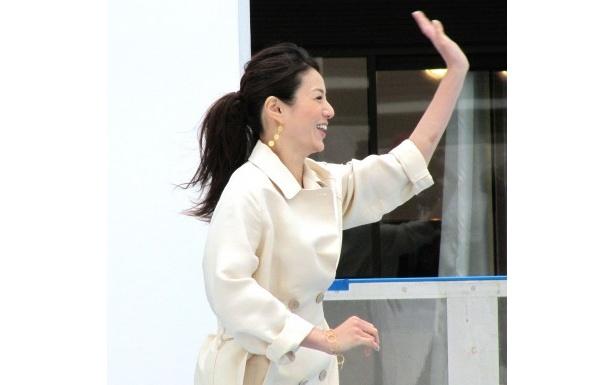 井川遥は田中圭の姿を見つけ、思わず手を振り喜ぶシーン