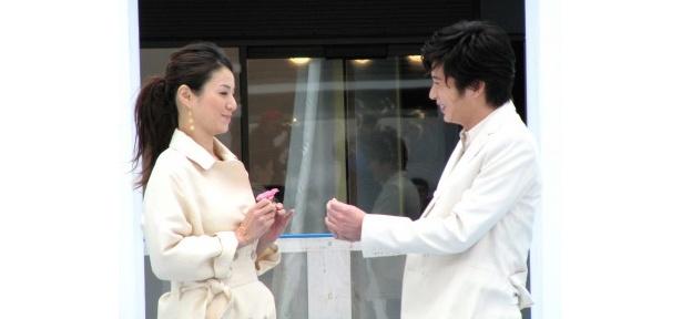 田中圭は花をプレゼントして仲直りするシーン