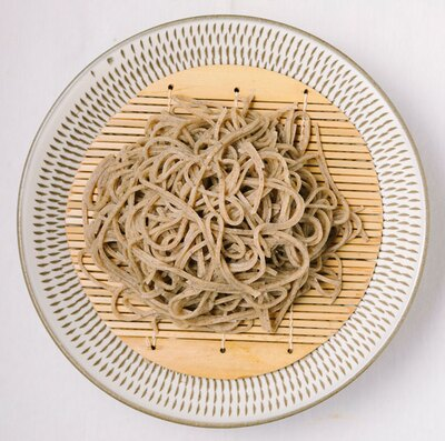 香り高く、ザラザラした食感が特徴の「もみじ(田舎蕎麦)」(1700円) / 会席手打ち蕎麦 京や