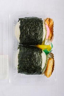 地元のお母さんが作るお弁当を物産所で販売。「高菜炒めおにぎり」(300円) / 道の駅 小石原