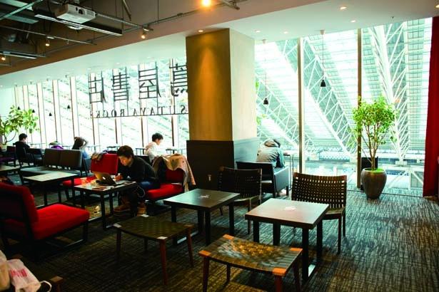 4thラウンジは、Wi-Fiや電源を備えるコワーキングスペース(600円/60分、フリードリンク)など/梅田 蔦屋書店