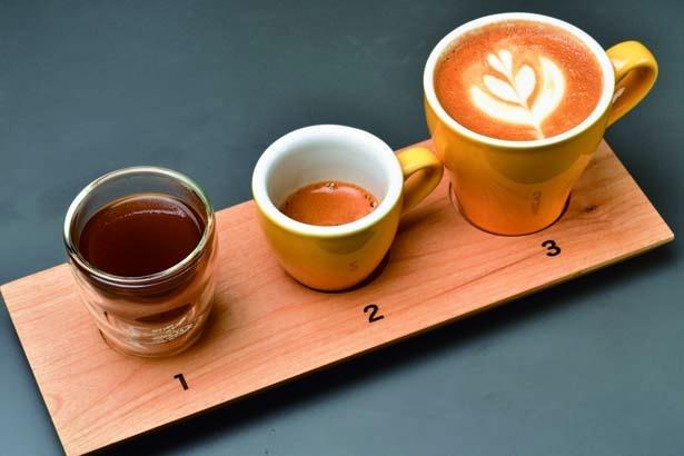 テイスティングセット(800円)。フレンチプレス、エスプレッソ、カプチーノの3種の味わいを堪能。コーヒー豆はその時期おすすめのもの/Unir 阪急うめだ店