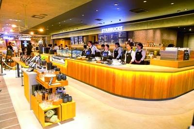 コスタリカ農園の要素をデザインに加えた店内でコーヒーを/スターバックス コーヒー LUCUA osaka 地下2階店