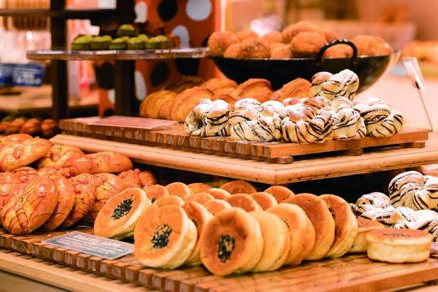 総菜パンや菓子パン、焼き菓子など、開店直後は約20種並び、1日に約700人が訪れる/ベーカリー&カフェ ブルージン