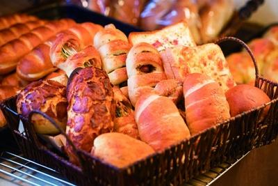 朝に焼いて売切れ御免のパンも多いので、人気パンを狙うならぜひ早めの時間帯に/カンテグランデ ベーカリー