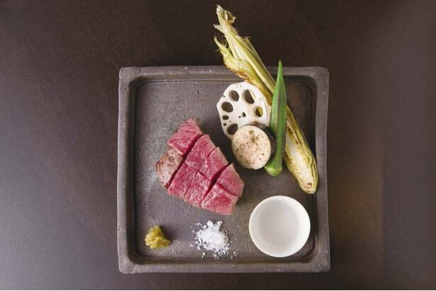 博多店屋町 ゾノブリアン /「五島牛うちもも肉焼き」(2180円)。焼いては休ませるをくり返し、絶妙の焼き加減に仕上げる