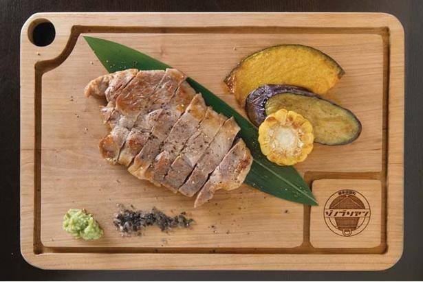 博多店屋町 ゾノブリアン / 上品な脂肪の甘味が特徴の宮崎産「きなこ豚肩ロース」(100g1296円、写真は180g)