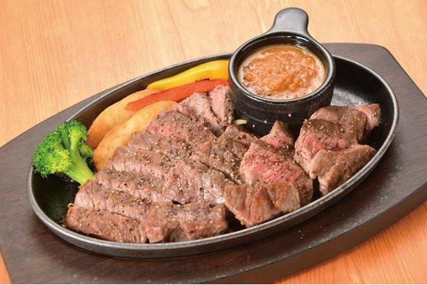 【写真を見る】肉バル MISATO / 柔らかな肉質の「ステーキ」(300g1200円)。昼はこのままの値段、夜は+300円で、ご飯とスープとサラダが付くセットとして注文可能