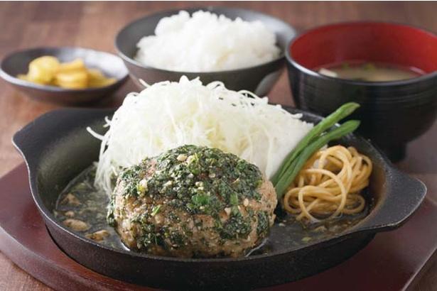福岡トンテキ ポルコ薬院店 / 挽き肉とトンテキの角切りで作る「とんバーグ定食」(150g870円~、単品670円~)はジェノベーゼソースが人気