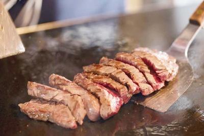 肉最強伝説 志賀島店 /「志賀島ステーキ(200g1356円)。最高ランクのUS産サガリにガーリックバターをプラス