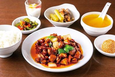 週替りランチ(890円)の人気No.1、鶏肉とカシューナッツの唐辛子炒め / 本格四川料理 三鼎