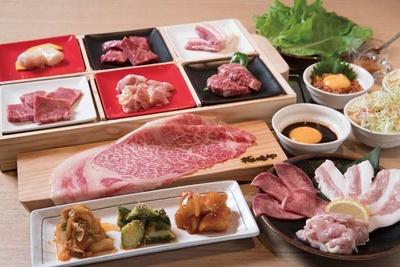 【写真を見る】焼肉 極味や 西新駅前店 /厚切り和牛ハラミなどの肉からご飯まで18品。充実の「ペアセット」(8629円)