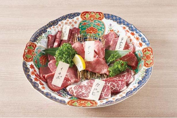 やきにく熟成肉のおおやま /「本日の発酵熟成肉盛合せ」(2、3人前3866円)。熟成状態に合わせて選ぶ4、5種類の部位が登場