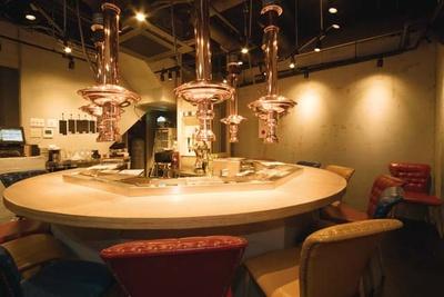 焼肉 極味や 西新駅前店 / 1Fは炉端スタイルの円卓カウンター。2・3Fはテーブル席と座敷