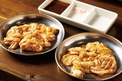 筑豊ホルモン ボタ山 / 歯応えのいい「直腸」と旨味のある「小腸」(各735円)。小腸は脂を取り除いた飯塚ならではのスタイル