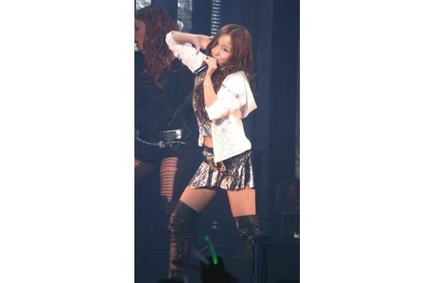 2曲目の「TUNNEL」を歌う板野友美