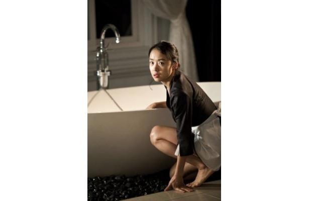 『ハウスメイド』は、富豪の家でメイドとして働き、主人と不倫関係になった女性の周りで起こる不可思議な出来事を描く