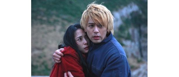 【写真をもっと見る】『悪人』で金髪の殺人犯を演じた妻夫木聡と、彼を愛する女役の深津絵里が主演男優、女優をW受賞