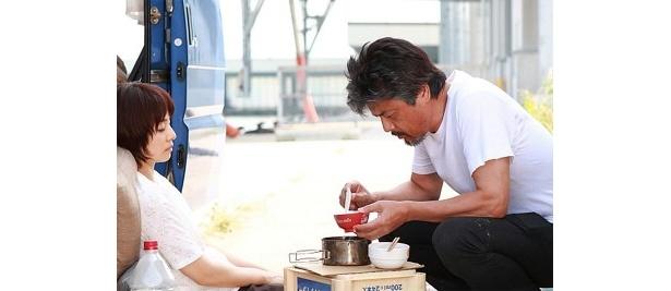 【写真をもっと見る】石田ゆり子扮する妻・ひとみをかいがいしく世話する夫の姿に感動