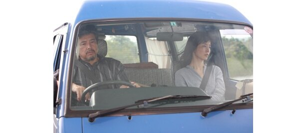 なけなしの50万円だけを持って、夫婦でワゴン車での旅を始めるふたり