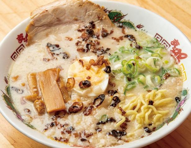 支那そば 北熊 熊本駅店 /「北熊支那そば」(740円)。ボリューム満点の店のスタンダード。スープは、野菜の甘味がしっかりと染み出した鶏白湯スープ