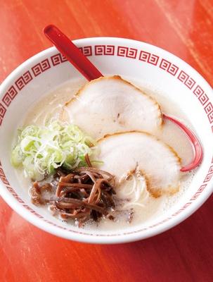 コバチラーメン店 / 「芳寿豚とんこつラーメン」(600円)。長崎県産芳寿豚で取る豚骨スープは美しい乳白色で、臭みがほとんどない