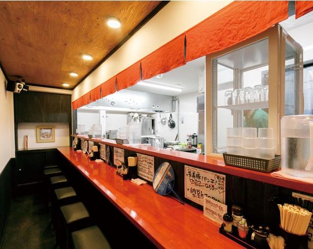 コバチラーメン店 / 店内は赤を基調に、屋台を模したデザイン