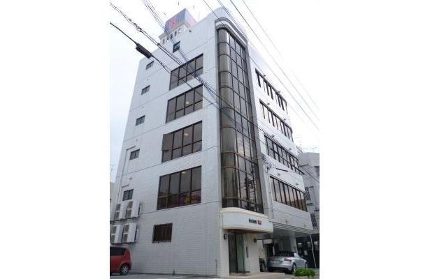 「よしもと沖縄エンターテインメントカレッジ」のある那覇市前島のRJビル