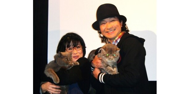 DVD「にゃんこんと~くすっと笑えるネコネコ動画 ホントはこんなこと言ってたりして~」の発売記念イベントに登場した佐藤真弓、池田鉄洋(写真左から)
