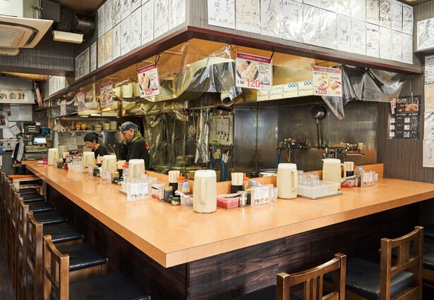 長浜ナンバーワン 祇園店 / カウンターをメインに、テーブルも2つ配置。卓上には薬味が並ぶ