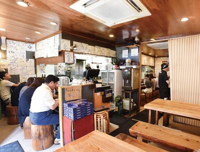 博多らーめん Shin-Shin 天神本店 / 店を訪れた有名人のサインが並ぶ。「お土産ラーメン」(3食入り1190円)も販売している