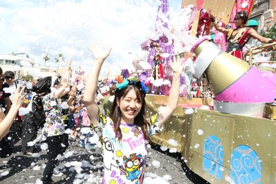 フロートがゲストの前で止まったら、大量の泡が噴射!/ユニバーサル・スタジオ・ジャパン