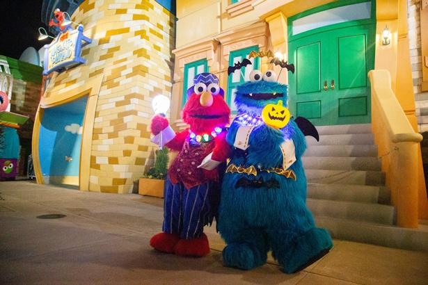エルモとクッキーモンスターもキラキラの首飾りでクールに決まっています/ユニバーサル・スタジオ・ジャパン