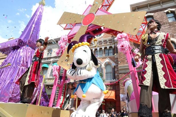 仮装したスヌーピーもパレードを盛り上げてくれます/ユニバーサル・スタジオ・ジャパン