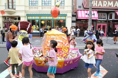 音楽に合わせて踊ってお菓子をキャッチしよう/ユニバーサル・スタジオ・ジャパン