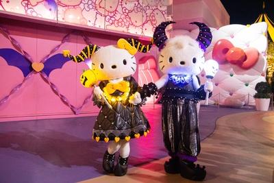 かぼちゃとガイコツのペンライトを片手に、デビルに仮装したキティとダニエルもキュート!/ユニバーサル・スタジオ・ジャパン