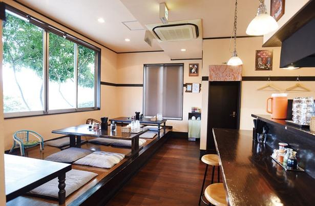 Furari / カウンターと座敷あり。窓からは別府湾を一望できる
