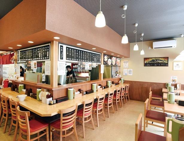 手のべ冷麺専門店 六盛 / L字のカウンター席と、テーブル席を配備。全国から客が訪れ、開店前から行列ができる