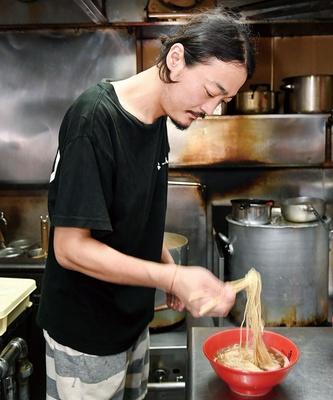 らーめん 点 / 店主の下田 薫さん。16歳からラーメンの世界に入り、今年で20年。複数の店での修業を経て、09年に店をオープンさせた