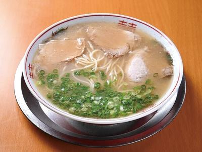 【写真を見る】第3位 げんこつ家 / 「ラーメン」(550円)。泳がせて茹でたストレート麺は、モチッとした食感が特長