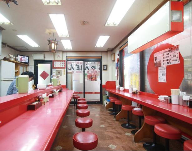 香蘭 / L字とI字の赤いカウンターを配す、奥行きのある店内。「長崎皿うどん」(800円)も人気が高い