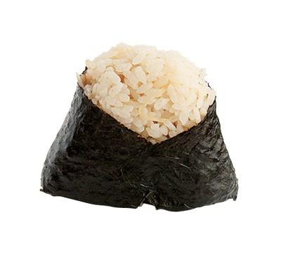 地中に埋まっている段階で収穫したタケノコの、柔らかい穂先だけを大ぶりにカットし中具にした贅沢なおにぎりだ