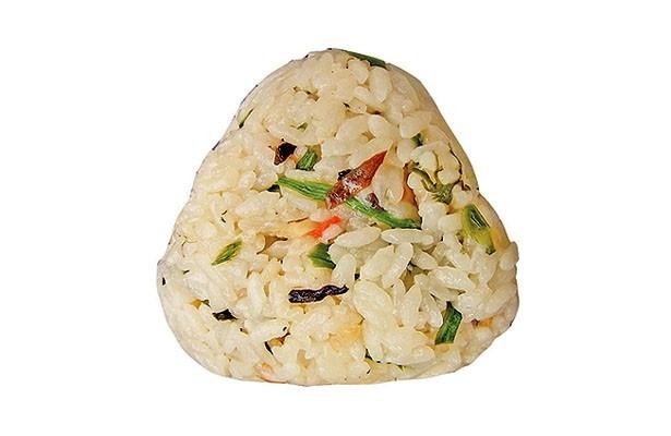 山セリやワラビ、細竹などの春らしい山菜と、タケノコをまんべんなくまぶした「山菜たけのこおにぎり」(120円/ローソン)